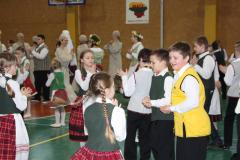 Visa mokykla šoka